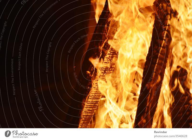Nahaufnahme des Feuers zur Zeit des Festivals Lagerfeuer Brandwunde Gefahr Großbrand Freudenfeuer Flamme erwärmen heiß warm Hölle Lauffeuer brennbar Element