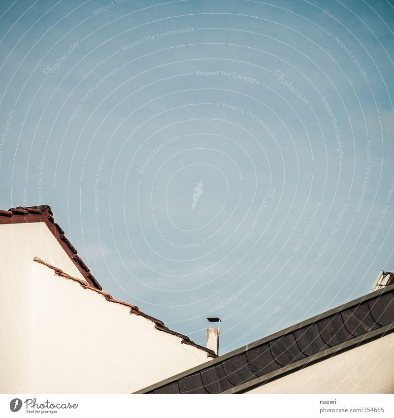 Hauptsache eins überm Kopf Häusliches Leben Wohnung Haus Hausbau Renovieren Dachdecker Zimmerer Arbeitsplatz Handwerk Baustelle Himmel Wolken Frühling Sommer