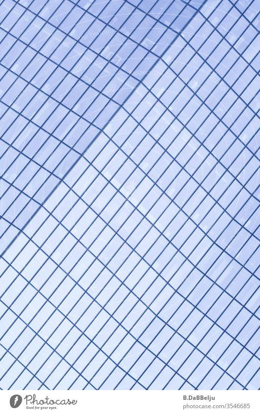 Hochhaus in Schieflage Tag Außenaufnahme Farbfoto Hochhausfassade Linie Fenster Strukturen & Formen Muster Geometrie Stadt Erfolg elegant eckig ästhetisch Glas