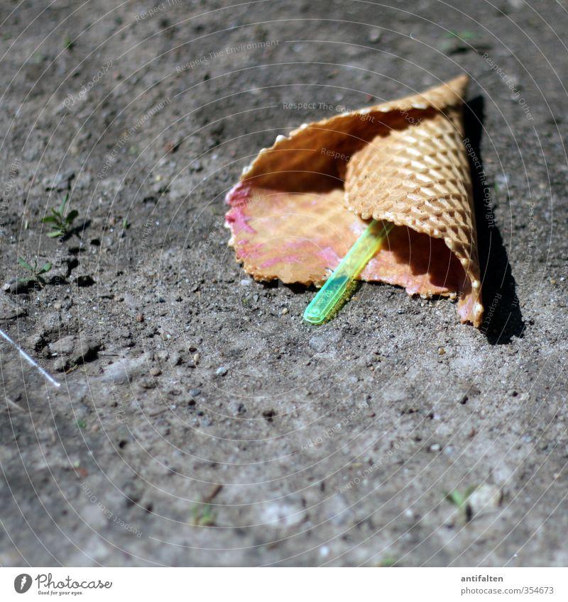 So'n Sch(eis) Dessert Speiseeis Süßwaren Essen Besteck Löffel Erde Sand Unkraut heiß hell mehrfarbig grau grün Enttäuschung Entsetzen Ärger Eiswaffel Waffel
