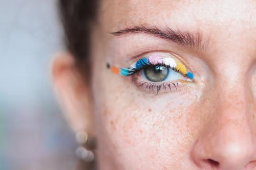 farbiger Eyeliner in einem Auge Make-up frei Hippie lustig Makeupartits Farben Kunst Liebe Schönheit grün