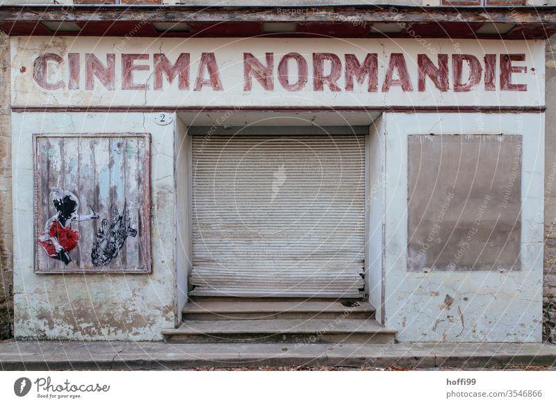altes geschlossenen Kino Theater Konkurs geschäftsaufgabe pleite bankrott verlassen Fenster Filmindustrie Bühne Vorhang Krise Laden leer schließen corona