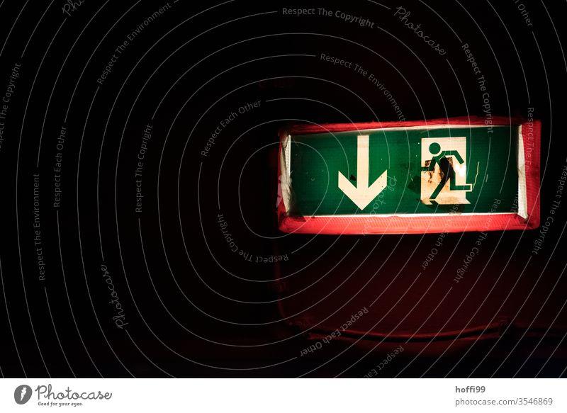 Notausgang hier lang Fluchtweg Ausgang exit Ausweg rettungsweg Fluchtwegschild Schild Schilder & Markierungen Zeichen Hinweisschild Piktogramm Warnschild rennen