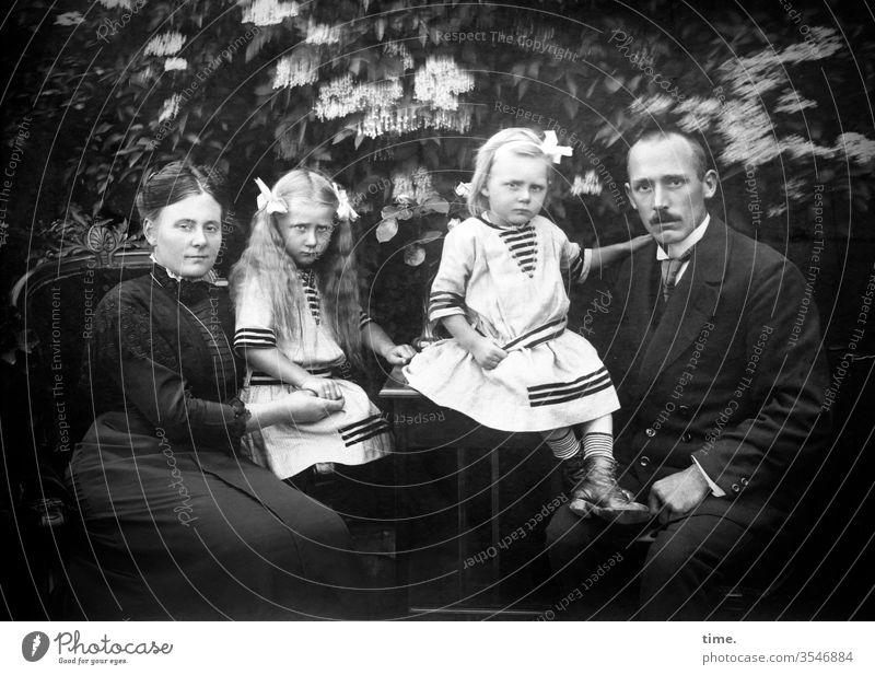 Windstärke 4 familie mann frau tochter nostalgie sitzen zusammen gemeinsam mädchen schleifen festlich anzug windig ernst unglücklich skeptisch haarschleife
