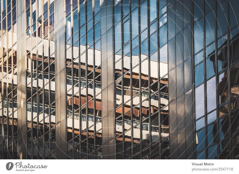 Glasfenster eines Bürogebäudes Gebäude Fassade Fenster Architektur architektonisch urban Metropolitan konstruiert Struktur geometrisch Formen erbaut abstrakt