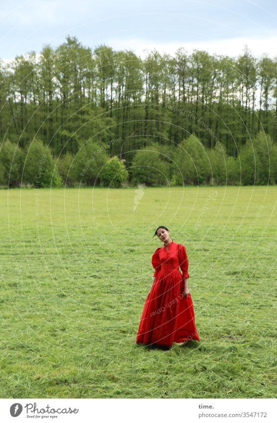 Estila frau weiblich rot draußen natur selbstbewusst dunkelhaarig langhaarig kleid stehen schauen skeptisch wiese wald horizont