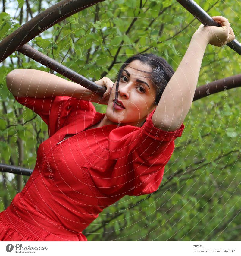 Estila kleid zopf langhaarig dunkelhaarig selbstbewusst natur draußen rot weiblich frau charmant klettern sport halten skeptisch schauen blick metall kraft