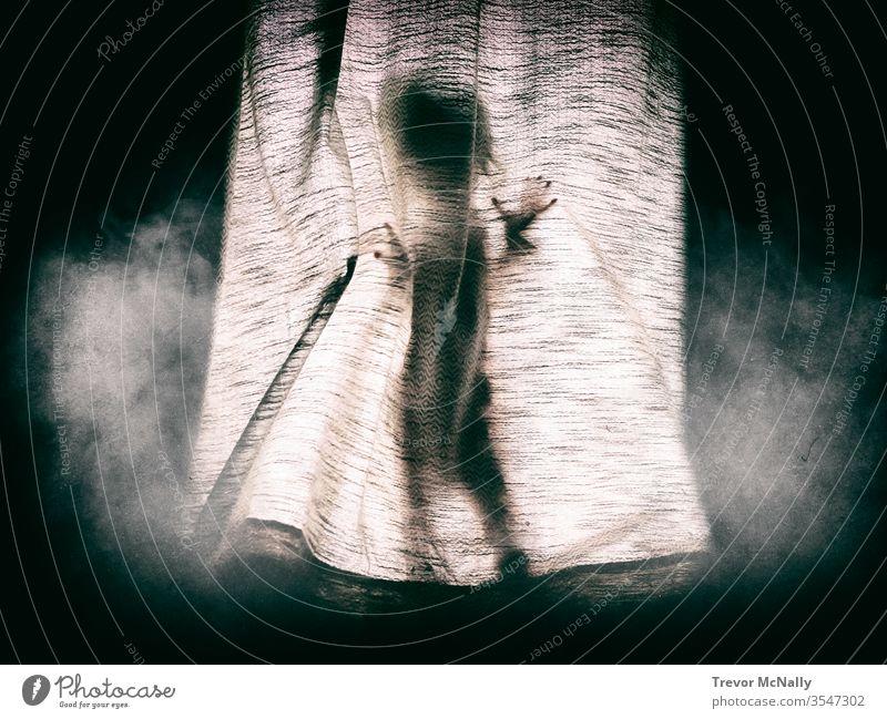 Kleines Mädchen, das sich hinter einem dunklen Vorhang versteckt. Muster schwarz Sicherheit Kirchenraum Dunkelheit Fenster asiatisch Phantom böse gut Geist