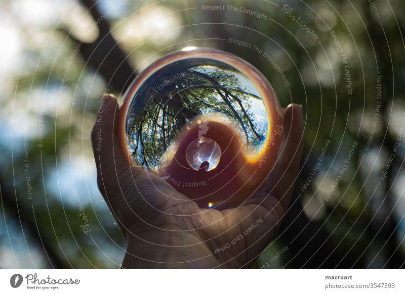 Glaskugel Außenaufnahme Kugel Tag Nahaufnahme Licht Reflexion & Spiegelung Farbfoto Natur glänzend rund Umwelt Menschenleer hand halten