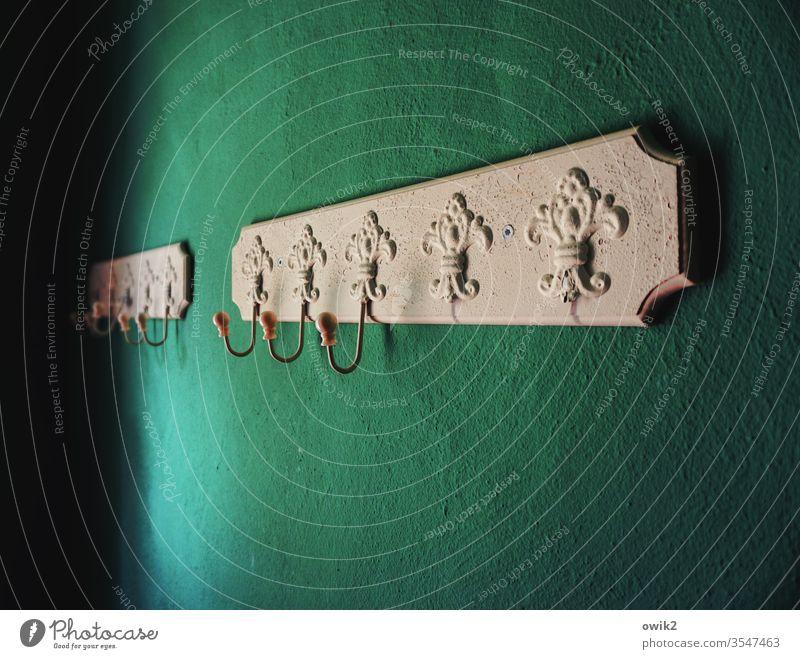Aufhänger Garderobe Haken alt Barock Muster Ornament Wand Ecke provat Menschenleer Farbfoto Tapete Mauer Innenaufnahme weiß Detailaufnahme türkis