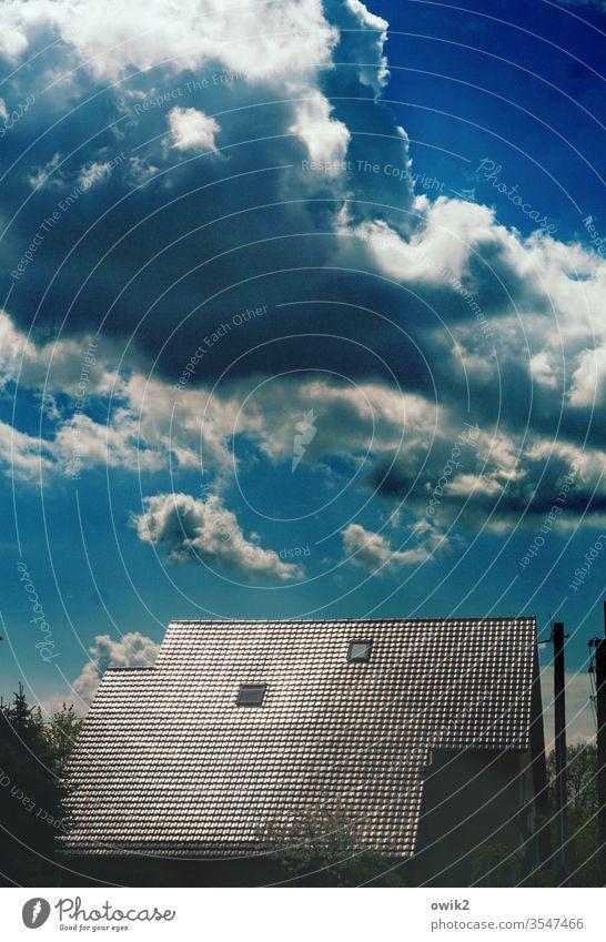 Bewölkt Wolken Himmel Haus Dach Dachfenster Dachziegel glänzend leuchtend Kontrast Außenaufnahme Fenster Farbfoto Menschenleer Tag Detailaufnahme blau Gebäude
