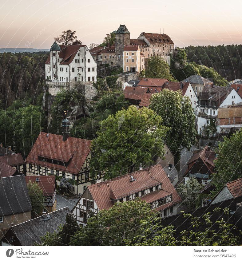 Hohnstein mit Burg im Elbsandsteingebirge Kleinstadt Burg oder Schloss Dorf Erholung Kirchturmspitze Fassade hohnstein Sächsische Schweiz schloß hohnstein
