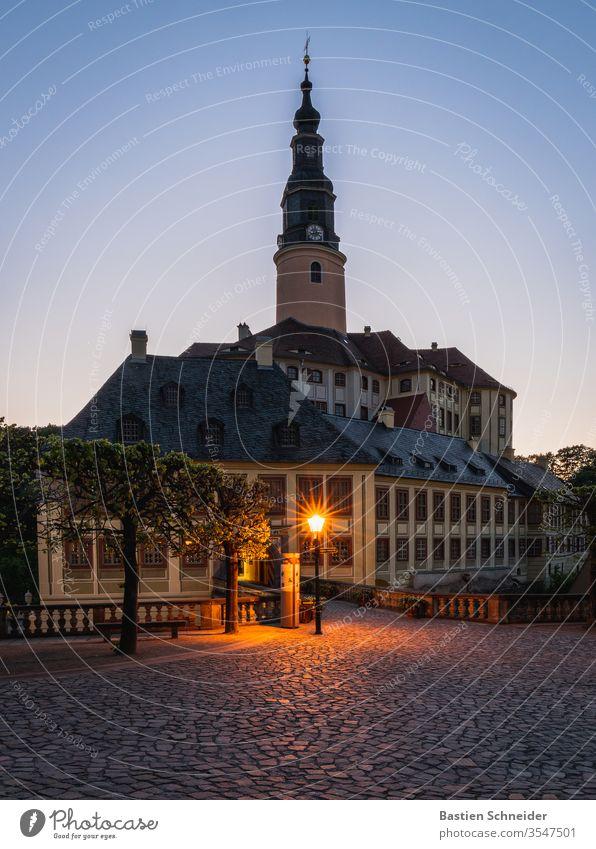 Schloss Weesenstein im Müglitztal Burg oder Schloss Umwelt Baum Farbfoto Außenaufnahme Gebäude Sehenswürdigkeit Textfreiraum unten Menschenleer Dorf Europa Tag