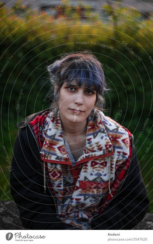 Alternative Kamera für Mädchen altehrwürdig Hintergrund Behaarung Beleuchtung schwarzer Hintergrund Beautyfotografie jung Außenaufnahme Menschen Treppe Mode