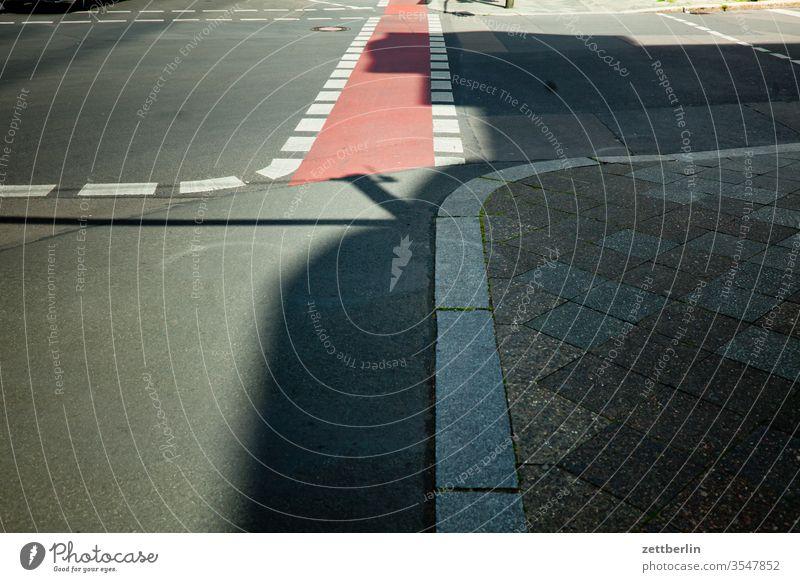 Kreuzung mit Fahrradweg fahrradweg asphalt kreuzung straße straßenkreuzung ecke fahrbahnmarkierung hinweis kante kurve linie links navi navigation orientierung