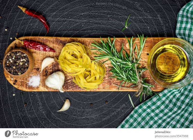 Hintergrund der italienischen Küche Rosmarin Bestandteil frisch Kraut roh organisch Essen zubereiten Lebensmittel grün Pflanze Natur Gewürz Gesundheit Knoblauch