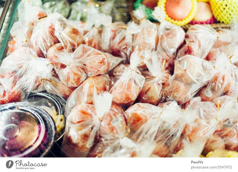 In Plastik verpackte Früchte Obst in Asien früchte obst markt vitrine plastik frisch vitamine mango essen Lebensmittel Frucht Ernährung Gesundheit Vitamine reif