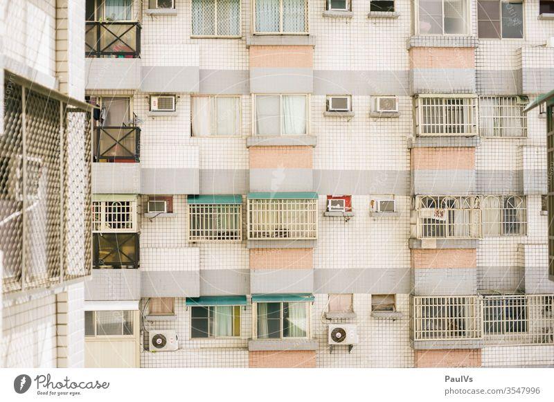 Hausfassade Wohnblock Taiwan Fenster Asien Fassade bunt pastell Wand Mauer Hochhaus Südostasien Klimaanlagen Stadt städtisches Leben Pattern Muster Architektur