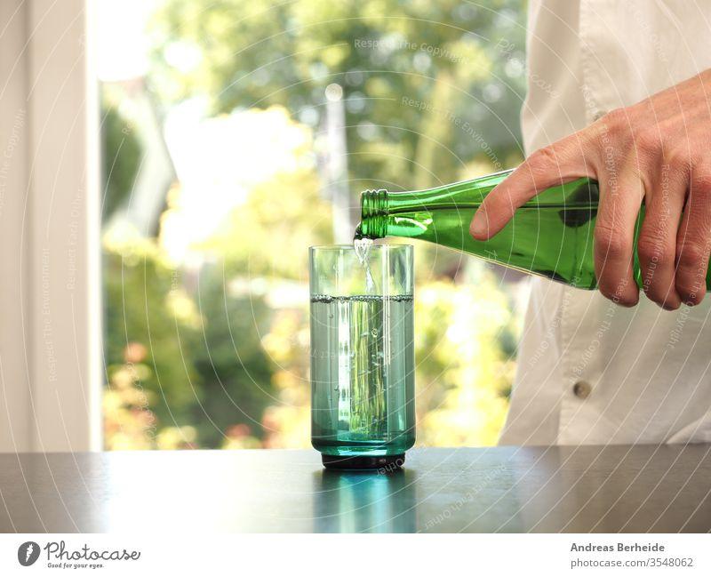 Mann mittleren Alters gießt Wasser in ein Glas Reinheit Gesundheitswesen aqua Fitness Wohlbefinden Mineral menschlich verschwommen Tisch Person durstig