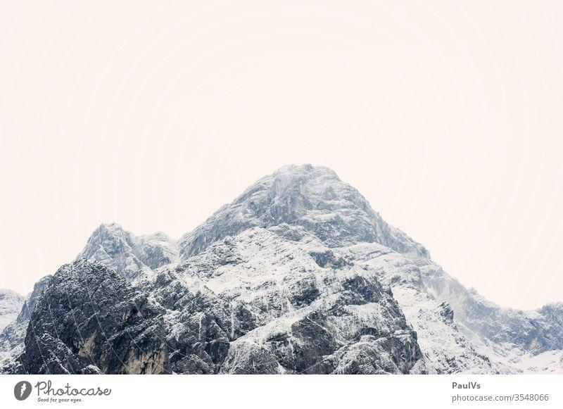 Berggipfel im winter im Toten Gebirge / österreichische Alpen alps alpen berg alpine fels klettern bergsteigen natur Bergwinter Schnee Nebel Grau Österreich