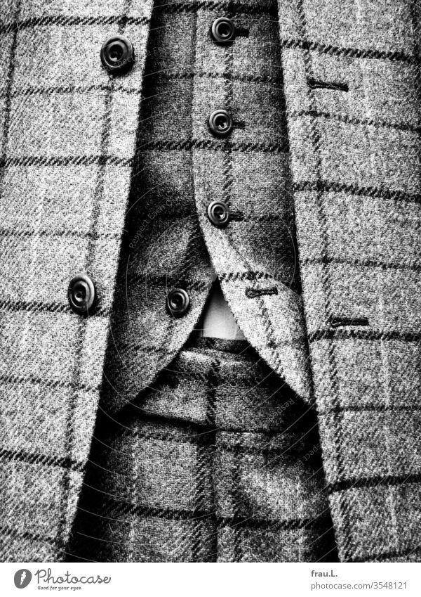 Der großkarierte Glensheckanzug kleidete überaus korrekt, da war der unterste offene Knopf der Weste schon die Verheißung auf eine gewisse Lässigkeit seines Trägers.