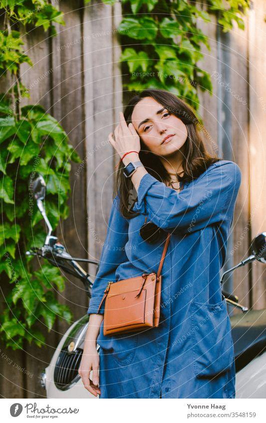 Frau mit einem Roller im Hintergrund Stadtzentrum Sommer urban Paris charmant Schatten Sonnenbrille sonnig Brille Fashion accesoire Tasche Außenaufnahme Mensch