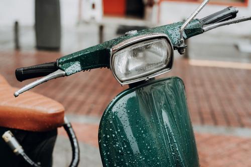 Klassischer grüner Vespa-Roller auf dem Bürgersteig geparkt. Großstadt Straße Motorrad urban Laufwerk Hintergrund Hipster Verkehr Ferien & Urlaub & Reisen