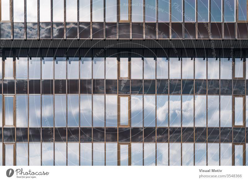 Glasfassade eines Bürogebäudes Gebäude Fassade Fenster Architektur architektonisch urban Metropolitan konstruiert Struktur geometrisch Formen erbaut abstrakt