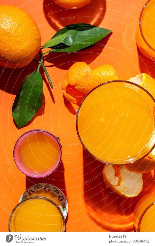 Orangensaft von oben auf farbigen Hintergründen. frisch Frucht Gesundheit Lebensmittel Zitrusfrüchte Saft reif Hintergrund trinken natürlich Scheibe sunligth