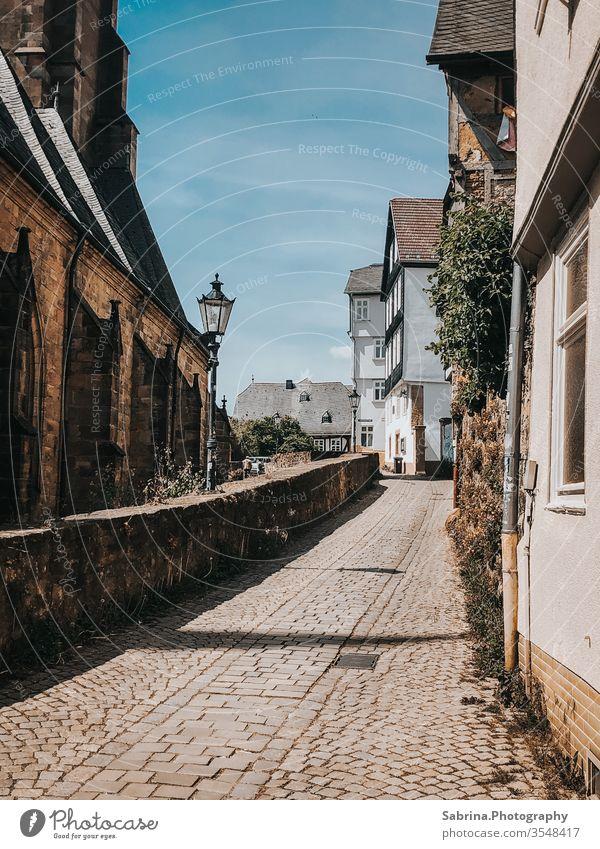 Kleine Straße in der Oberstadt von Marburg, Hessen, Deutschland Europa Menschenleer Altstadt Fachwerkfassade Fachwerkhaus Straßenbeleuchtung Straßenverkehr