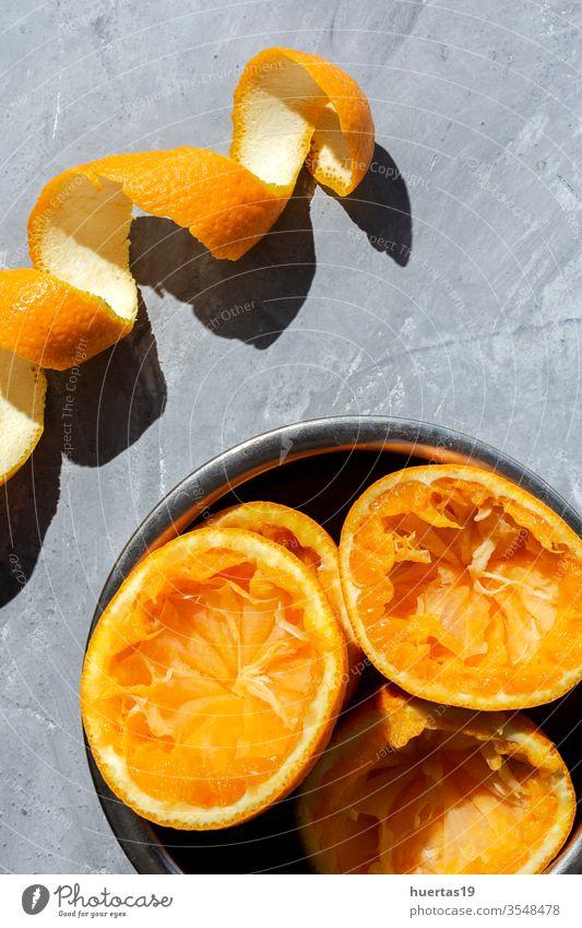 Orangensaft von oben auf grauem Hintergrund. frisch Frucht Gesundheit Lebensmittel Zitrusfrüchte Saft reif trinken natürlich Scheibe saftig Getränk Glas Sommer