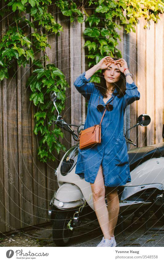 Frau steht vor ihrem Roller Stadtzentrum Sommer urban Paris charmant Schatten Sonnenbrille sonnig Brille Fashion accesoire Tasche Außenaufnahme Mensch Farbfoto