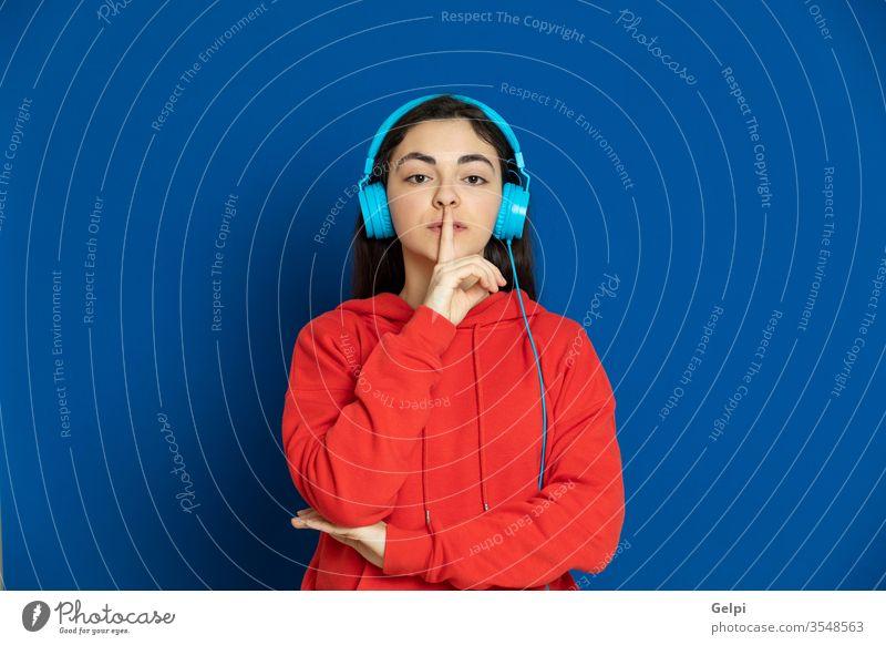 Brünettes junges Mädchen in rotem Trikot Person blau Musik genießen dj Kopfhörer zuhören Technik & Technologie modern Ohr entspannt Stille glauben Porträt