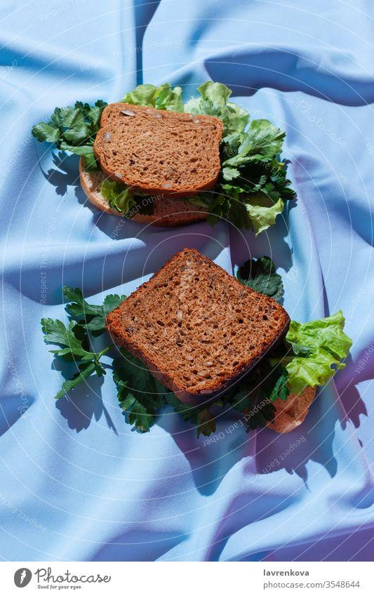 Stücke Roggenbrot mit verschiedenen Grüntönen auf einem Vorhang, Konzept eines gesunden Sandwiches, selektiver Fokus Brot hell Kohlenhydrate lecker Diät Speise