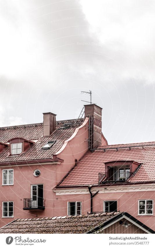 Gekachelte Dächer von rosa europäischen Gebäuden Dach Dachterrasse Fliesen u. Kacheln gekachelt Haus Häuser heimwärts Fenster im Freien Außenseite Schornstein