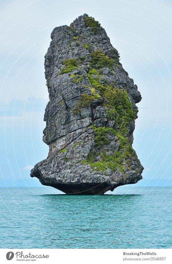 Wunderschöne Felseninsel im Ang Thong National Marine Park von Thailand Insel felsig ang Tanga Ang-Tanga national marin tropisch MEER Formation Natur