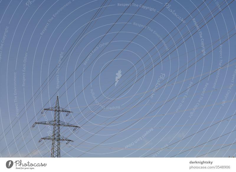 Transport von Elektrizität durch Freileitungen Mast Höchstspannung 220kV Gitter Gittermast Fachwerk Strommast statisch Hochspannung blauer ruhiges Himmel