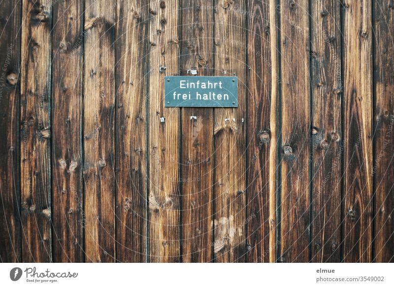 """Schild """"Einfahrt frei halten"""" auf dunkelbraunen Holzbrettern Einfahrt freihalten Beschränkung Warnschild Erwartung Bestimmung Aufforderung Hinweisschild"""