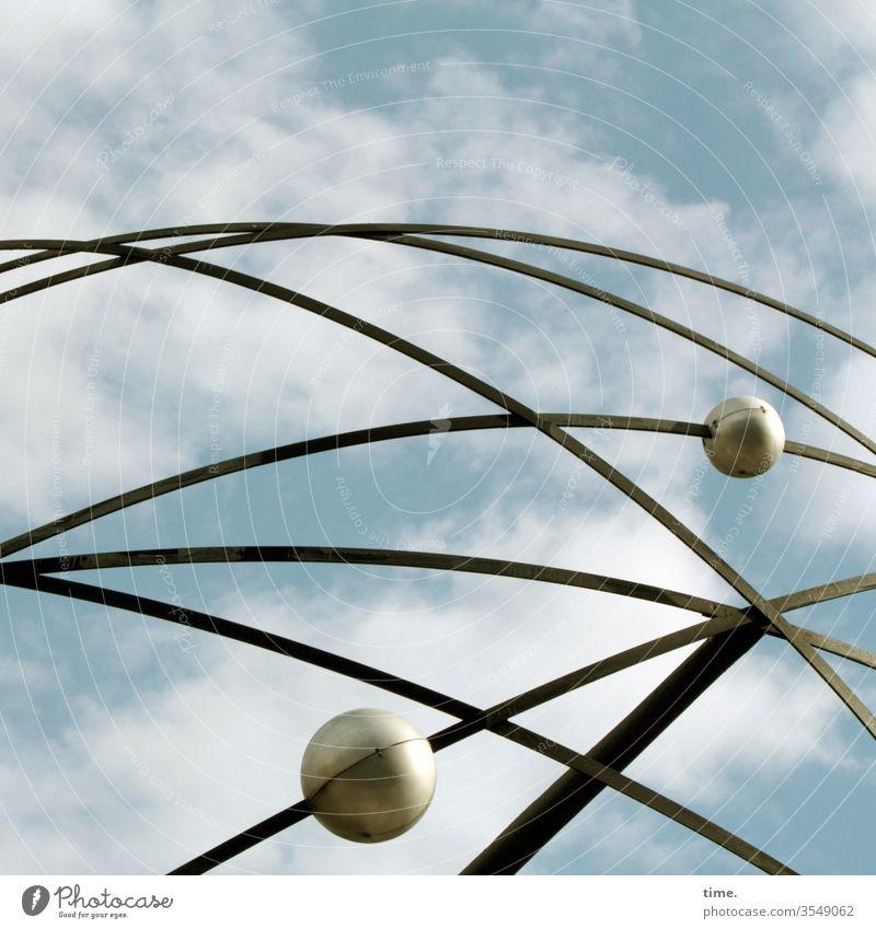 alter, beliebter Treffpunkt himmel stahl weltzeituhr kugeln kunst metallstreifen linien wolken denkmal sehenswürdigkeit treffpunkt