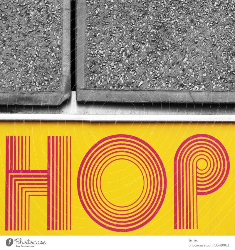 TopFlop stein werbung buchstaben oldstyle vintage 60er einfassung steinplatte gelb rot schrill desgin ritze wand linien kunst rund