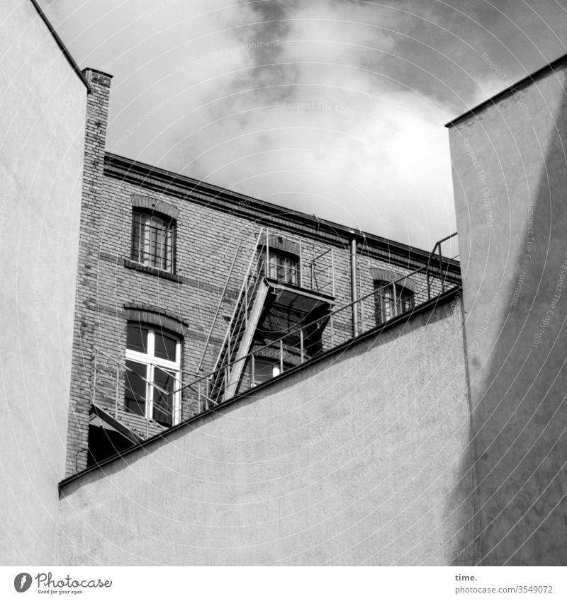 Oberstübchen und Hintertürchen   wörtlich genommen mauer haus rückseite oben leiter außenleiter feuerleiter fluchtweg sonnig himmel wolken fenster balkon