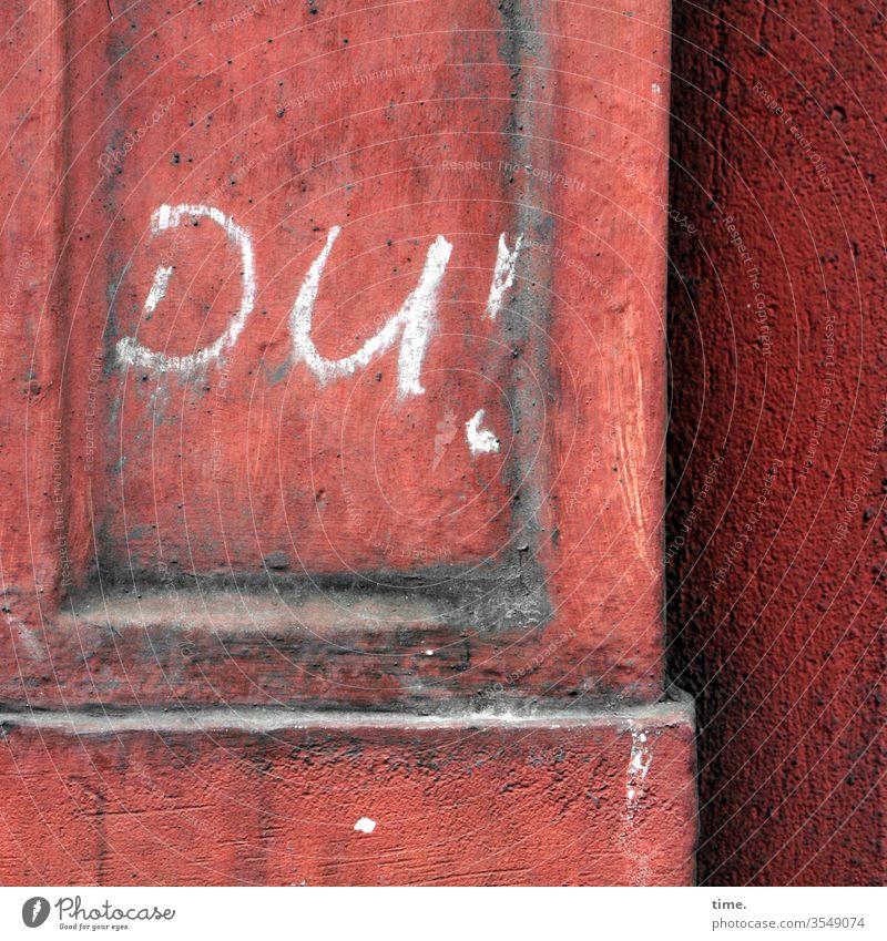 Malwerk skurril fassade perpektive inspiration rätsel wand spalte kaputt trashig senkrecht mauer haus buchstaben hauswand beton rot du ausrufezeichen grafitti