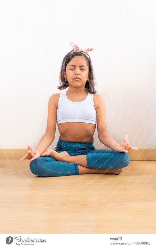 Teenager-Mädchen macht Yoga zu Hause wenig aktiv Sportkleidung Aktivität Aerobic Appartement sportlich Körper Windstille Pflege tagsüber Tun Ellbogen Energie