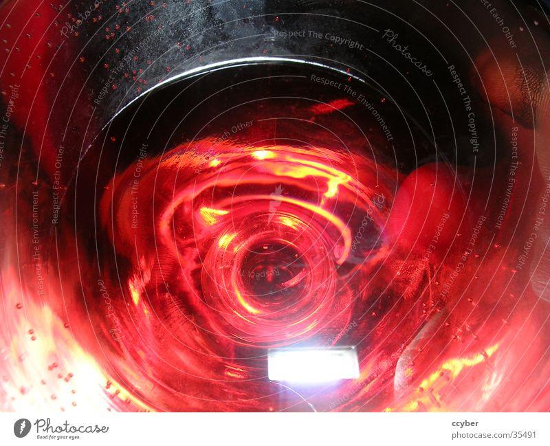 Der tiefe Blick ins Glas rot Glas Wassertropfen Getränk Flüssigkeit Alkohol Farbenwelt
