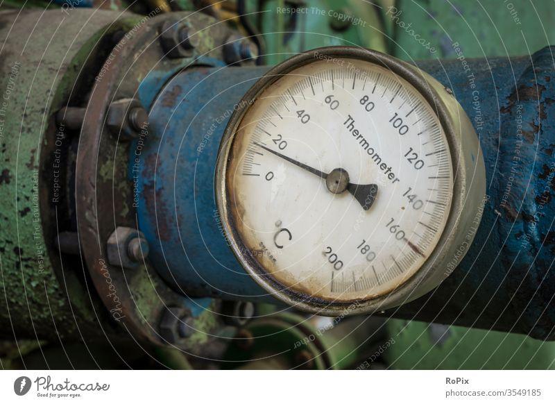 Thermometer an einer industriellen Rohrleitung. Wasserkühler Pumpen Pumpengehäuse Technik Maschine machine Werkstatt Bergbau Zeche Pipeline Rohrleitungen