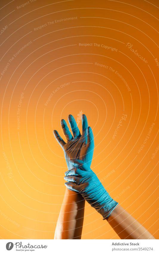 Pflanzenarzt mit medizinischen Handschuhen, der verletztes Handgelenk berührt Arzt berühren gestikulieren Sanitäter chirurgisch Einwegartikel Zeichen
