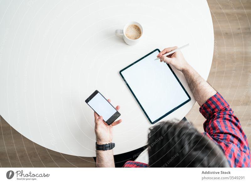 Junger Mann arbeitet von zu Hause aus Arbeit heimwärts graphisch Business Technik & Technologie modern jung Innenbereich Internet Job Arbeitsplatz Tisch
