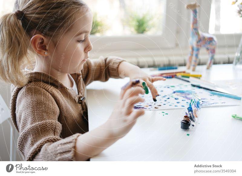 Kleines Mädchen benutzt Gouache zum Zeichnen mit den Fingern auf Papier zu Hause Zeichnung heimwärts Kind Farbe Kindergarten Kunst kreativ zeichnen niedlich