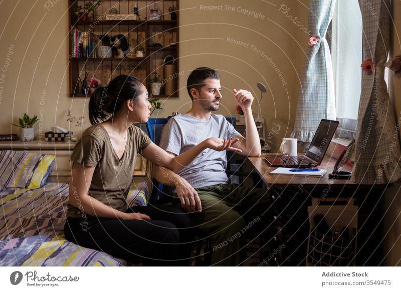 Multiethnisches verliebtes Paar schaut sich einen Film auf dem Laptop an zuschauen Schlafzimmer Zusammensein diskutieren Video benutzend rassenübergreifend