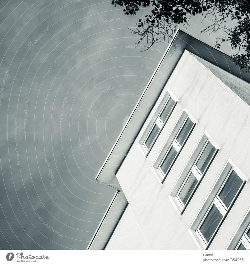Himmlisch wohnen Himmel blau Stadt weiß Sommer Wolken Haus schwarz Fenster Frühling grau oben Stein Wohnung Glas Häusliches Leben